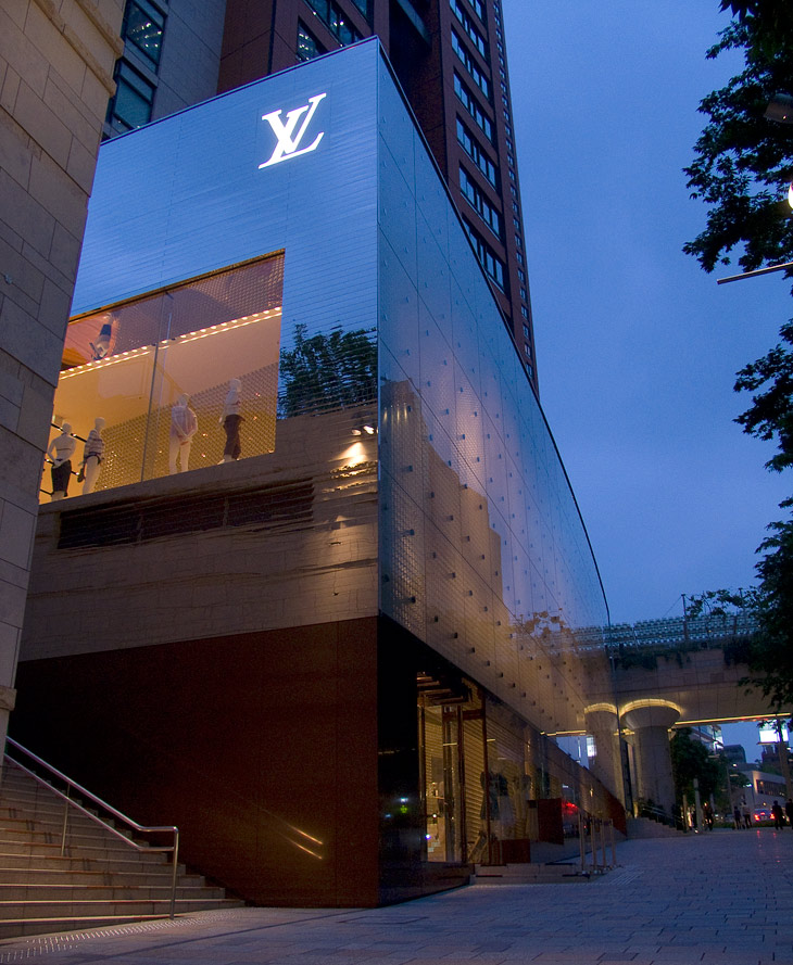 Louis Vuitton flagship store Roppongi Hills photographed by Hansen-Hansen.com